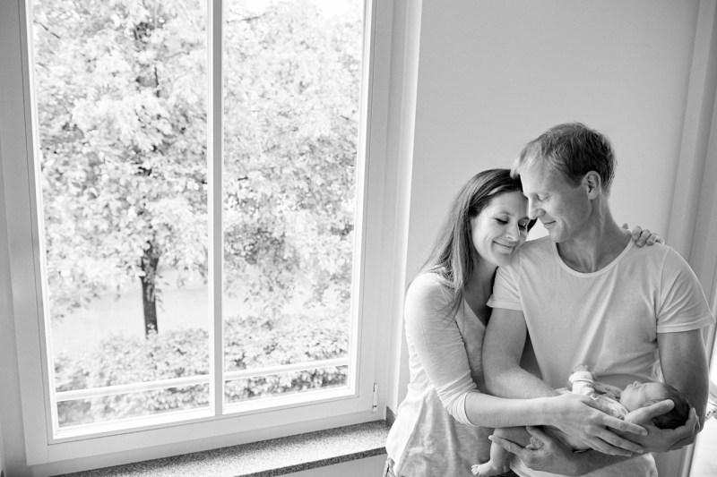 Familienfotos München Eltern mit Neugeborenem