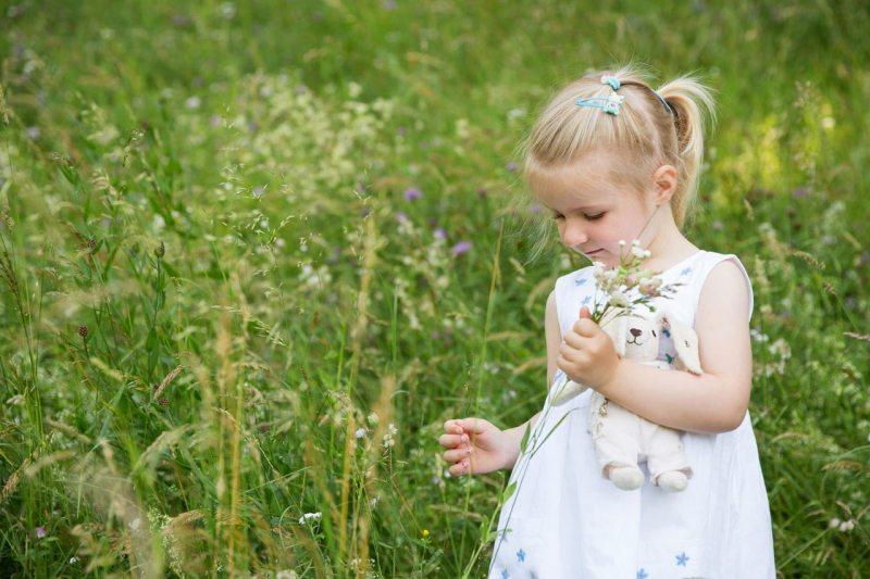 Kinderfoto München Mädchen pflückt Blumen  im Park