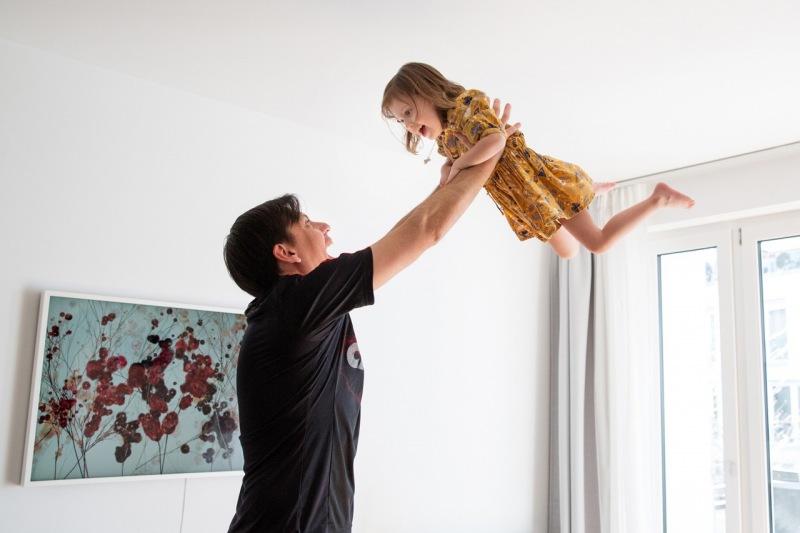 Familienfotos zu Hause Vater mit Tochter