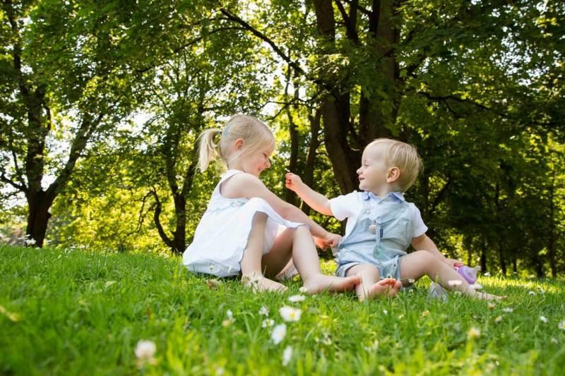 Familienfotos München Geschwister im Park