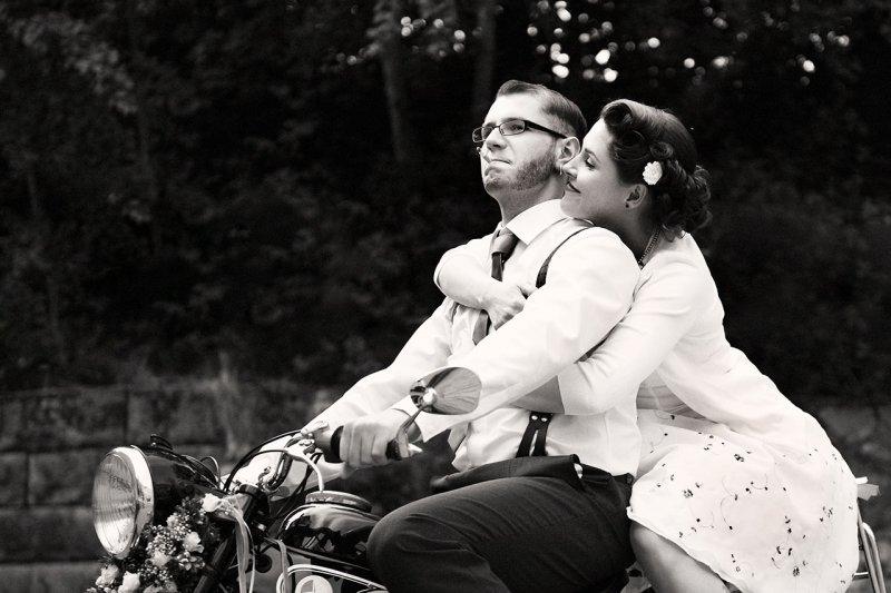 Brautpaarportrait auf Motorrad schwarzweiss