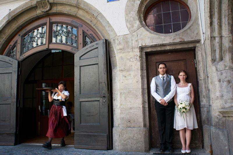Hochzeitsfotograf München Brautpaar vorm Hofbräuhaus