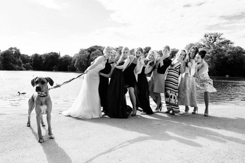 Hochzeitsfotografie Gruppe Mädels mit Hund