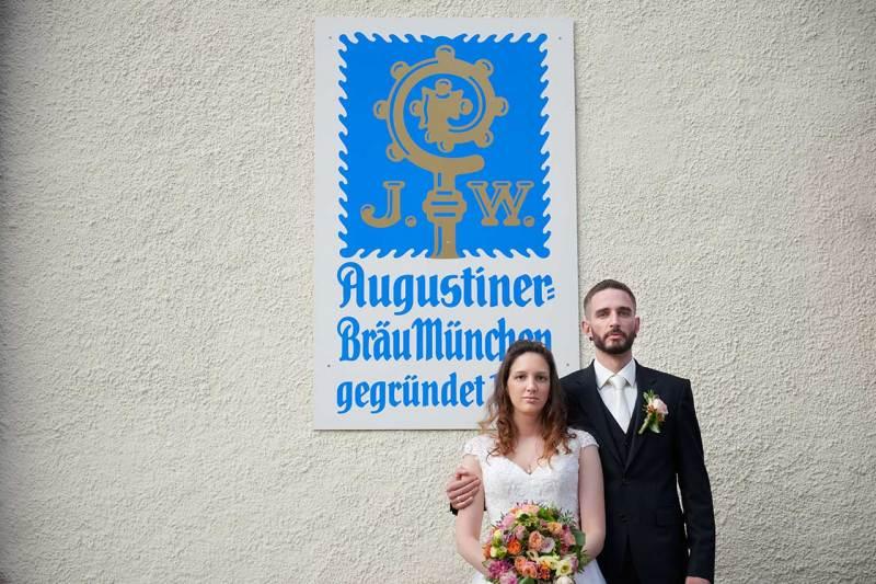 Hochzeitsfotografin München Brautpaar vorm Haderner Augustiner
