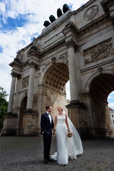 Hochzeitsfotos München Brautpaar vorm Siegestor