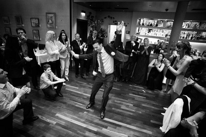 Journalistische Hochzeisfotografie Feier tanzende Gäste