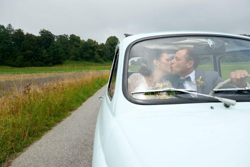hochzeitsfotos brautpaar im Auto Fiat 500