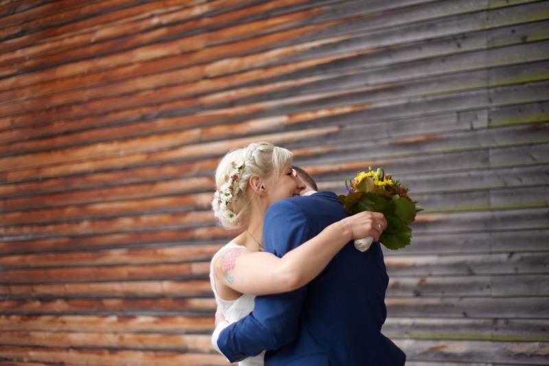 hochzeitsfotograf münchen Brautpaar vor Holzwand