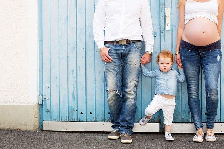 Fotostudio München - Familienfoto mit Babybauch