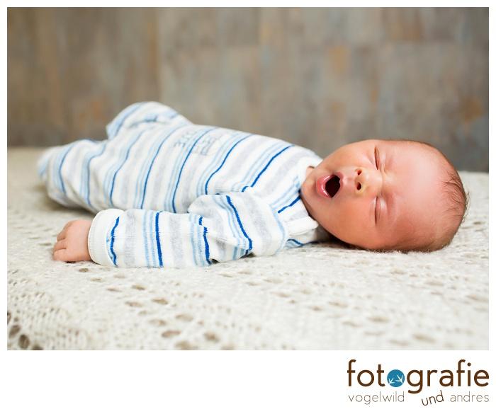 Babyfoto - gähnendes Baby