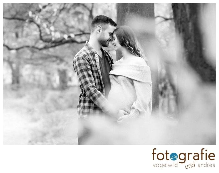 Babybauchfoto mit Partner Herbst schwarz-weiß